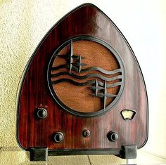 """strutzandfretz: """" """" Art Deco style Phillips radio from 1931 """" Philips model the so-called """"canned ham"""" radio, manufactured during the early thirties in several European countries including the Netherlands, Czechoslovakia, Sweden,. Poste Radio Vintage, Bauhaus, Art Nouveau, Muebles Art Deco, Art Tumblr, Retro Radios, Ex Machina, Art And Craft, Art Deco Furniture"""