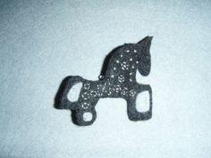cosiendo a mares: Día de regalos fíbula celta caballo broche en fieltro, totalmente cosido a mano