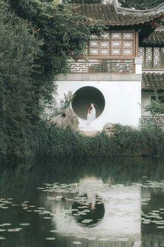 Viết cho người năm ba câu thăm hỏi. Biên ải xa không ngại chỉ ngại người quên mất kẻ đợi chờ nơi đây. Câu từ giản đơn, ý tứ lại ngập tràn. Lo lắng thấp thỏm đêm ngày đợi hồi âm nhưng sao chẳng thấy.... #Thanhthanh Hanfu, Art Asiatique, Background Drawing, Anime Scenery Wallpaper, Moon Garden, Chinese Art, Chinese Style, Watercolor Landscape, Traditional Art