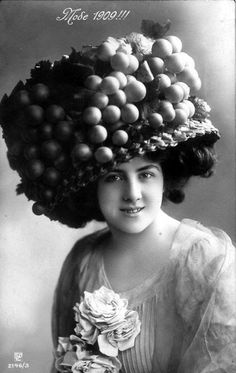 Giant Hats  The Favorite Fashion Style of Women From the Early Years of the  20th d34207f29f6