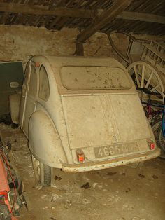 2CV in dusty barn • citroen 2CV