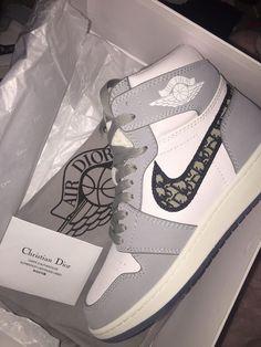 Dr Shoes, Cute Nike Shoes, Swag Shoes, Cute Sneakers, Hype Shoes, Shoes Men, High Top Sneakers, Jordan Shoes Girls, Girls Shoes