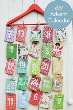 Free template for a simple and affordable Christmas homemade paper envelope advent calendar. You can use recycled wrapping paper and use the calendar again. Free template for a Christmas Calendar, Christmas Paper, Christmas Countdown, Christmas Wrapping, Christmas Crafts, Christmas Tables, Nordic Christmas, Modern Christmas, Christmas Stockings