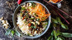 Enkel asiatisk-inspirert nudelbowl med kjøttdeig | Godt.no Mince Meat, Noodle Bowls, Health Problems, Japchae, Meatloaf, Wok, Ground Beef, Food To Make, Dinner Recipes