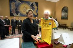 Pope received in audience Francisco today the President of Brazil, Dilma Rousseff, who gave him a shirt signed by Pele. (AP)