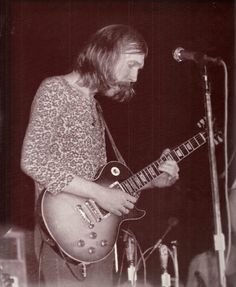 Lowell Memorial Auditorium, Lowell, MA, 6.24.71, Bob Winter photo, Duane playing the Cherry 'Burst - the next three nights were the weekend of the Fillmore East closing, and Duane would acquire and use the Tobacco 'Burst. (M.Rosenberg)