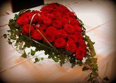 Sydänkukka-asetelma morsiusparin pöydässä