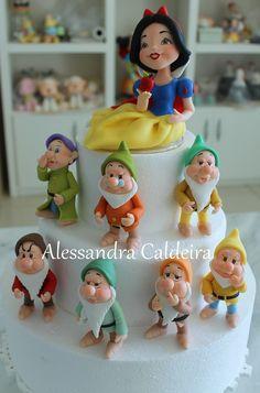 Branca de Neve e os sete anões de biscuit para topo de bolo! | by Alessandra Caldeira Biscuit