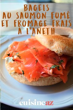 Voici une recette classique de bagel : au saumon fumé et fromage frais à l'aneth. #recette #cuisine #bagel #saumon #saumonfume #fromage #aneth Bagels, Sandwiches, Pains, Diners, Voici, Patience, Restaurant, Cooking, Food