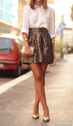 Blusa clásica en tono neutro + falda café con brocados.. seguro tienes algo parecido en tu closet! !!