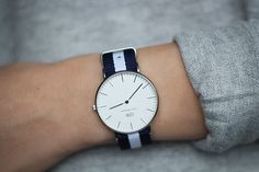 The Daniel Wellington watch with its interchangeable straps speaks for a classic and timeless design suitable for every occasion. Cool Watches, Watches For Men, Simple Watches, Trendy Watches, Men's Watches, Fashion Watches, Fashion Moda, Womens Fashion, Style Fashion