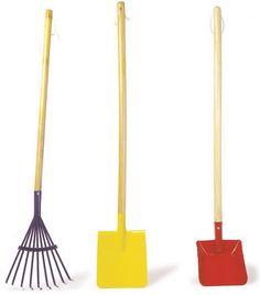 Schaufel. Ein Muss unter den Gartenwerkzeugen - die Schaufel für die Kleinen! Hiermit können auch die Kinder kleine Arbeiten im Garten verrichten. Die Schaufel kann die zusammengezogenen Materialien vom Rechen aufnehmen und weg bringen aber auch Löcher für Pflanzen schaffen. Dieses Werkzeug ist eigentlich stets von Nöten. Eine nette Kombination von Spaß und Arbeit gelingt mit diesem Gartengerät.