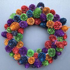 dørkrans m kongler Pine Cone Art, Pine Cone Crafts, Wreath Crafts, Diy Wreath, Pine Cones, Pine Cone Decorations, Christmas Decorations, Pine Cone Flower Wreath, Crafts To Make