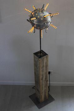 Upcycling Stehlampen aus Abtropfsieben auf einem Sockel aus recycling Holz und geschweissten Stahlfassungen.