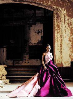Sarah Jessica Parker for American Vogue, shot by Mario Testino. Purple Dior couture . Espectacular!!!