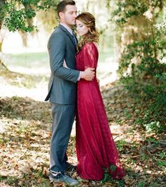 Photo : Une robe rouge pour un look totalement électrique