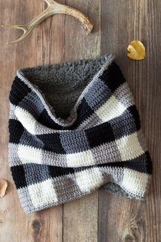 Easy Crochet Plaid Sheepskin Cowl This gorgeous buffalo plaid cowl is lined with cozy sheepskin and is a trendy accessory for both for men and women. Plaid Crochet, Crochet Motifs, Crochet Winter, Easy Crochet Patterns, Crochet Beanie, Crochet Scarves, Crochet Clothes, Crochet Shawl, Crochet Stitches