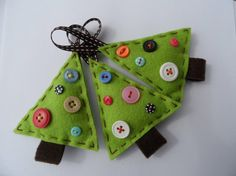 Felt fabric christmas tree trees crafts buttons ornaments - jul pynt filt stof sy syning juletræer m knapper julepynt Felt Christmas Ornaments, Christmas Tree Decorations, Christmas Fun, Xmas Trees, Diy Ornaments, Button Decorations, Christmas Buttons, Felt Ornaments Patterns, Homemade Ornaments