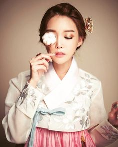 """409 Likes, 9 Comments - 한복디자이너이선영 (@leesunyoung_hanbok) on Instagram: """"웨딩한복 대여해드려요~~ 결혼식한복입니다 #강남한복 #강남한복대여  #청담한복 #청담한복대여  #예쁜한복 #한복입기좋은날  #신부한복 #신부한복대여  #결혼한복 #결혼한복대여…"""""""