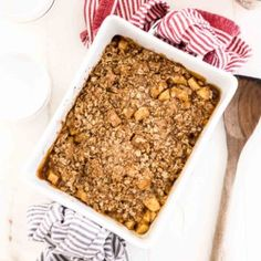 One of the best desserts is easy apple crumble. This kid-friendly dessert is filled with tender, caramelized apples and topped with a sweet oat topping. Desserts To Make, Great Desserts, Delicious Desserts, Easy Apple Crumble, Apple Crisp Easy, Best Apples For Baking, Caramelised Apples, Crumble Topping