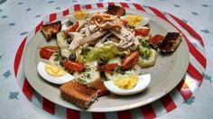 Ensalada de pollo, verduras, huevo y croutones