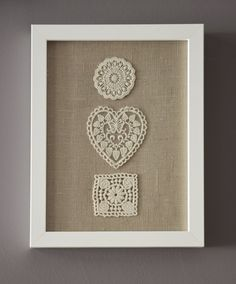 Beautiful DIY Handmade Framed Burlap with Floral-Embroidery Wall Art Decor Ideas - More Inspiring DIY Wall Decor Ideas (maybe with a pink background) Framed Doilies, Framed Burlap, Lace Doilies, Burlap Wall, Doilies Crafts, Burlap Crafts, Crochet Wall Art, Crochet Home, Diy Wall Art