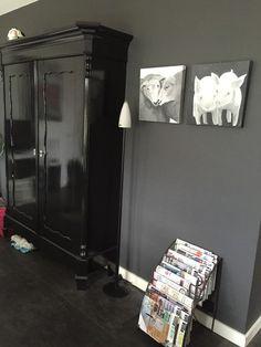 Binnenkijken bij rianne6 - Houdt je wand rustig door een kast in de zelfde of opeenvolgende kleur te verven. Hier is grafiet muurverf gebruikt. De kast is hoogglans zwart geschilderd. De schilderijen heb ik zelf geschilderd. Zo... Keep iT simple