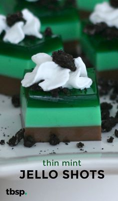 America's favorite Girl Scout cookie takes on jello shot form! These Thin Mint Jelly Shots take the classic cookie and give it a fun boozy twist. Fun Drinks, Yummy Drinks, Beverages, Alcoholic Desserts, Alcoholic Shots, Alcohol Recipes, Fireball Recipes, Punch Recipes, Mint Jelly