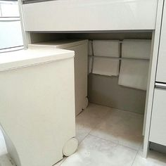 """ここに収納スペースがあったら良いのに…。そんなお部屋のお悩みは""""突っ張り棒""""を使って作る「斜め収納」で解決しましょう。お家のいたる所で使えて便利な、""""突っ張り棒""""を使った収納術をご提案します。"""