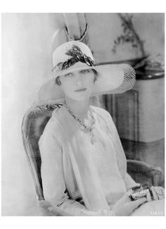 Lee Miller wearing a Jeanne Lanvin broad-rimmed hat / Photo: Edward Steichen, Vogue, June 1928 - Vogue Edward Steichen, Lee Miller, Jeanne Lanvin, Belle Epoque, Vintage Beauty, Vintage Fashion, Fashion 1920s, Vintage Style, Vintage Vogue