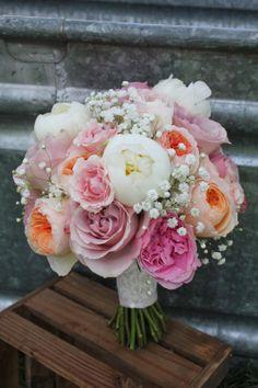 Delikatne peonie róże i gipsówka - bukiet ślubny w pastelach