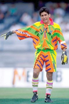 Jorge Campos, con un uniforme bien colorido y su nombre escrito en el pantalón y camiseta!!