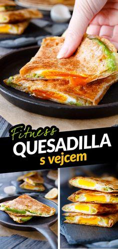 Mexická kuchyně je pokladem pro všechny vyznavače vysokoproteinové stravy, kteří chtějí jíst chutně a nerozhodí je vyšší obsah tuku. Oblíbenou plněnou tortillu můžeš ale připravit i ve zdravější fitness moravské verzi a ušetřit nějaké ty kalorie. Vyměň kukuřičnou tortillu za celozrnnou, tučný sýr za tvarůžky a opečt ji nasucho bez tuku. A když do ní dáš celé vajíčko, pochutnáš si po rozkrojení i očima. Quesadilla, Tacos, Mexican, Ethnic Recipes, Fitness, Food, Quesadillas, Essen, Meals