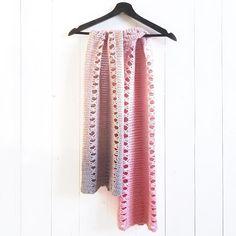 My latest new free crochet pattern: the connected bows shawl (link in bio) 💕 Pff, sometimes it's so hard to come up with a name for a new pattern 🙈 --- Mijn nieuwste haakpatroon: de losse boogjes sjaal! Soms zo lastig om een leuke naam te bedenken voor een nieuw patroon.. 🙈