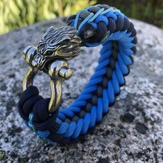 The Snarling Wolf paracord bracelet – paracordbracelet Paracord Bracelets, Macrame Bracelets, Bracelets For Men, Fashion Bracelets, Paracord Knots, Macrame Bracelet Tutorial, Paracord Tutorial, Snarling Wolf, Beaded Skull