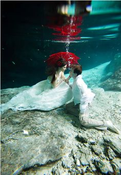 Cool Wedding Photography | Underwater Kiss by Critsey Rowe