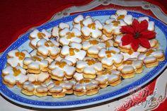 Pokud jste již začali péct vánoční cukroví, určitě nepřehlédněte ani tento recept. Krásný název a samozřejmě vynikající chuť. Přitom i bezlepkové. Pokud nemůžete lepek, tak si určitě pochutnáte. Poleva z bílku a cukru a trochu citronové šťávy a krém z másla a zkaramelizovaného kondenzovaného mléka. Autor: Sladkosti Rum, Cereal, Cooking Recipes, Vegetables, Breakfast, Cake, Desserts, Food, Sauce Hollandaise
