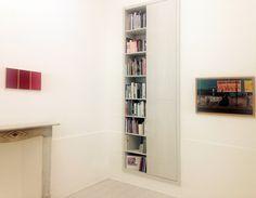 Theca Gallery, Fabrizio Parachini, Trittico RSCS15 (VR), acrilico su MDF, 26,5x17+26,5x17+26,5x17cm., 2015 + Carlo Buzzi, Gomma, stampa fine art, 52,5x77,5cm., 1998, Milano