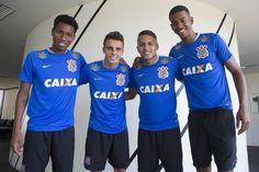 Quarteto promovido da base posou para foto antes do treino