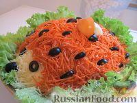 """Фото к рецепту: Салат """"Ёжик"""" с курицей, грибами и корейской морковью"""