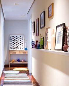 Dans un couloir étroit, on peut tirer parti d'un long mur en y fixant des étagères cimaises pour y présenter des photos de vacances, des peintures, les plus beaux dessins des enfants.