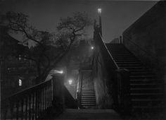 Praga di notte, 1950-1959. (Josef Sudek, Eredi di Josef Sudek/Museo delle belle arti del Canada)