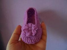 "Scarpine neonato all'uncinetto ""mocassini"" - baby booties crochet - zapatitos crochet - YouTube"