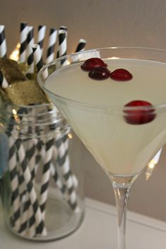 Lindsay's Sweet World: Winter White Cosmo (Bonefish Copycat Recipe) 1 oz. white cranberry juice cranberries to garnish Party Drinks, Cocktail Drinks, Fun Drinks, Yummy Drinks, Alcoholic Drinks, Martini Recipes, Drinks Alcohol Recipes, Cocktail Recipes, Drink Recipes
