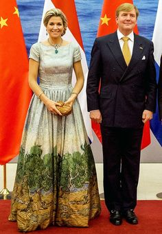 Fashion-Looks: Wow, was für ein Kleid! Königin Máxima und Ehemann Willem-Alexander sind zu einem Staatsbesuch nach China gereist und bezaubern mit ihrem sympathischen Auftreten die Asiaten.