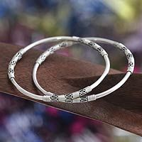 Shop for Handmade Set of 2 Sterling Silver 'Ubud Moons' Bangle Bracelets (Indonesia). Get free delivery On EVERYTHING* Overstock - Your Online Jewelry Destination! Gold Bangles Design, Gold Jewellery Design, Metal Jewellery, Oxidised Jewellery, Silver Jewellery Indian, Silver Jewelry, Silver Earrings, Antique Jewelry, 925 Silver