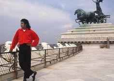 """""""Moonwalk revela tanto da própria verdade de Michael, mas têm que ler nas entrelinhas para realmente compreenderem como ele era. Devo dizer, no entanto, que ele tinha duas personalidades. Fora do palco ele era tímido, suave e inocente.  Mas, mas quando ele tomava o palco em frente aos seus fãs aos gritos, passava a outra personalidade; um mestre; um showman totalmente libertado. Para ele era matar ou morrer.""""  --- Berry Gordy sobre a auto biografia que Michael escreveu, Moonwalk, de 1987"""