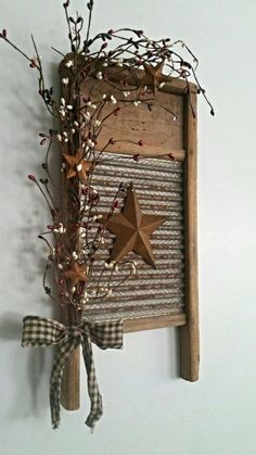 Vintage Decor Diy Small Rustic Primitive Vintage Washboard Decor by phyllishandmades Primitive Homes, Country Primitive, Primitive Kunst, Primitive Bathrooms, Easy Primitive Crafts, Primitive Stars, Primitive Antiques, Primitive Country Decorating, Country Bathrooms