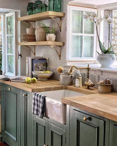 Green Country Kitchen, Farmhouse Kitchen Decor, Home Decor Kitchen, Kitchen Interior, New Kitchen, Vintage Kitchen, Kitchen Sink, Farmhouse Style, Kitchen Ideas