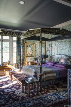 Fashion magnate Robert Duffy transforms the Astor family& former garden pavilion into the ideal country retreat. Hand Painted Wallpaper, Painting Wallpaper, Wall Wallpaper, Chinoiserie Wallpaper, Chinoiserie Chic, Modern Wallpaper Designs, Designer Wallpaper, Boudoir, Gif Disney